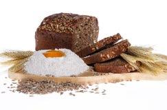 Pane di Rye, farina, uova, spighe di frumento Immagine Stock