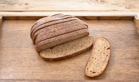Pane di segale affettato su un bordo Tabella di legno Fotografia Stock