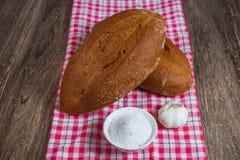 Pane di segale sul panno di festa Immagini Stock
