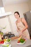 Pane di taglio della donna nella cucina Fotografia Stock