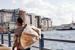 Pane di trasporto dell'uomo (ekmek) sul ponte di Galata, Costantinopoli Fotografia Stock