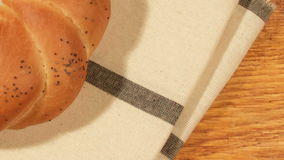 Pane dietetico con il papavero sulla tavola di legno video d archivio