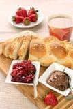 Pane dolce con la marmellata di amarene e cioccolato. Breakfas continentali fotografia stock