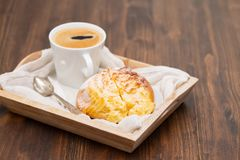 Pane dolce portoghese pao de deus con la tazza di caffè immagini stock