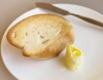 Pane e burro con il coltello su palte bianco Immagine Stock Libera da Diritti