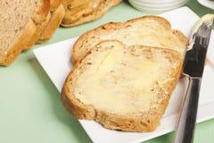 Pane e burro sul piatto bianco quadrato Fotografia Stock