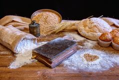 Pane e farina su una tavola di legno rustica fotografie stock libere da diritti