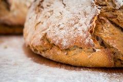 Pane e farina sulla tavola di legno fotografia stock libera da diritti