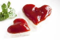 Pane e ketchup nella forma di cuore Fotografia Stock