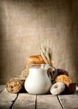 Pane e latte fotografie stock