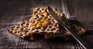 Pane e miele croccanti immagini stock