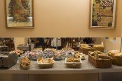 Pane e pagnotta nel canestro di vimini del rattan per il cibo della gente Fotografia Stock