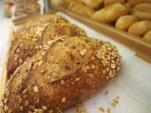 Pane e panini dentro sullo scaffale in forno o nel negozio del ` s del panettiere Fotografie Stock Libere da Diritti
