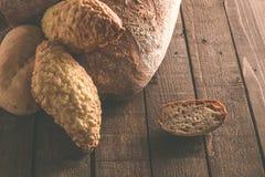 Pane e panini su un fondo di legno Immagine Stock Libera da Diritti