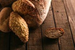 Pane e panini su un fondo di legno Immagini Stock Libere da Diritti