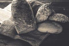 Pane e panini su un fondo di legno Fotografia Stock Libera da Diritti