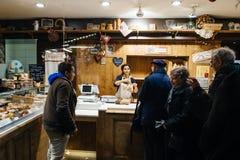 Pane e pasticceria d'acquisto della gente a bulangerie francese Fotografia Stock