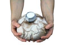 Pane e sale in mani della donna Fotografie Stock Libere da Diritti
