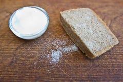 Pane e sale sulla tabella di legno Fotografia Stock