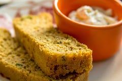 Pane e salsa integrali casalinghi affettati di ricotta Fotografia Stock