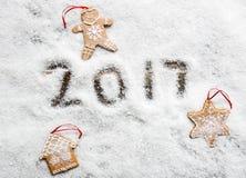 Pane e stella dello zenzero di Natale per i simboli di inverno su neve Immagine Stock Libera da Diritti