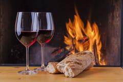 Pane e vino deliziosi al camino Fotografie Stock