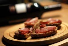 Pane e vino della pancetta affumicata Immagine Stock
