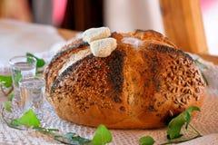 Pane e vodka rotonda, un saluto tradizionale di una sposa e gro immagine stock libera da diritti