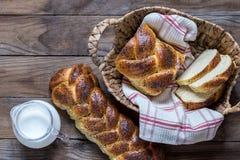 Pane ebreo tradizionale del challah su fondo di legno immagine stock libera da diritti