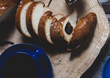 Pane ed inceppamento sul tagliere di legno graffiato immagini stock libere da diritti
