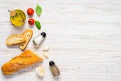 Pane francese affettato con lo spazio della copia e di Olive Oil fotografie stock libere da diritti