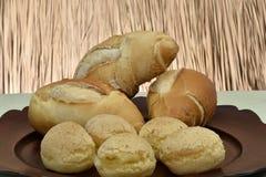 Pane francese e pane del formaggio sul piatto con fondo rosso immagini stock