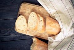 Pane francese sulla tavola di legno immagine stock libera da diritti
