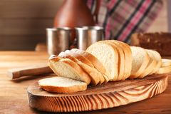 Pane fresco affettato sul tagliere di legno Fotografie Stock