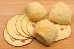 Pane fresco con le fette di formaggio affumicato Fotografia Stock