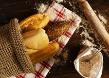 Pane fresco e baguette sul suface del lavoro immagini stock libere da diritti