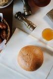 Pane fresco e caldo sulla tavola Fotografia Stock