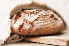 Pane fresco e sale su un fondo di legno Fotografia Stock Libera da Diritti
