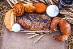 Pane fresco e una bevanda, primo piano dei prodotti della panificazione Immagine Stock Libera da Diritti