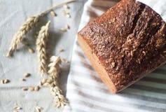 Pane fresco ed orecchie di grano Fotografia Stock Libera da Diritti