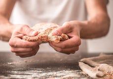 Pane fresco in primo piano delle mani sopra Fotografia Stock