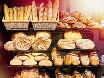 Pane fresco sugli scaffali in forno fotografia stock