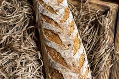 Pane fresco sulla carta marrone del mestiere su una finestra del negozio Struttura e fondo immagine stock