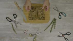 Pane fresco sulla tavola di legno Sulla tavola sono molte forbici, un coltello, un'astrazione per instagram archivi video