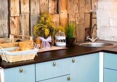 Pane fresco in un canestro sul tavolo da cucina con le mimose fotografia stock libera da diritti