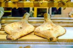 Pane georgiano tradizionale - shoti Farina di frumento bianca pura in un forno rotondo dell'argilla Questo pane è sempre sulla ta fotografie stock libere da diritti