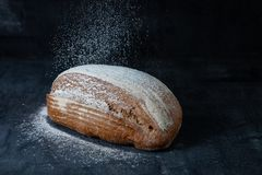 Pane grigio senza glutine al forno fresco Pane fresco sul primo piano della tavola Alimento nel concetto di moto La mosca della f fotografie stock libere da diritti
