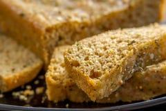 Pane integrale casalingo con le fette da parte Immagine Stock