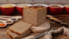 Pane integrale con i vari cereali ed intorno stock footage