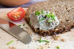 Pane integrale con la diffusione e Tomatoe Immagini Stock